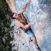 Vini Todero a la clàssica del Pati, 'El Món de Sofia' 8b+ 💎 Vini calça uns @tenayaclimbing Iati, un de les desenes de models de peus de gat que pots trobar a #Goma2Siurana 😉 . 📸 @esteban.ele.eme 👌🏼 . #escalada #cataloniaclimbs #climbing #klettern #grimper #arrampicata #rockclimbing #siurana #climber #climbon #climbinglife #siuranameetingpoint