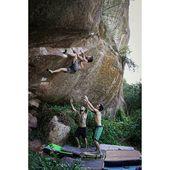 Us heu fixat mai en aquest tros d'arenisca que hi ha en una de les curves pujant a Siurana. S'ha convertit en un dels blocs més populars de la zona. Aproximació nul.la, dificultat alta 😆 A la foto, @edumarin1 desxifrant els moviments de 'Sweet Potato' el passat estiu 💪🏽 . 📸 @paualonsophotographer . #climbing #escalada #klettern #grimper #arrampicata #boulder #bouldering #siurana #siuranameetingpoint #goma2siurana #climbingculture