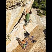 Els germans Brascó, Carles i David, escalant a l'Olla 💪🏽 . 📸 @joancapdevilavallve 👌🏼 . #goma2siurana #climbing #escalada #klettern #grimper #arrampicata #rockclimbing #climber #climbon #climbingculture #climbinglife #siuranameetingpoint